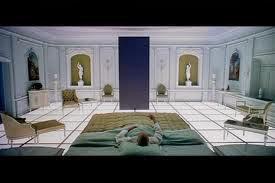 """בין לבין. דייב בחדר ההמתנה עם המונולית. 2001: אודיסאה בחלל (1968, ארה""""ב / בריטניה), מאת הבמאי סטנלי קובריק (Stanley Kubrick)"""