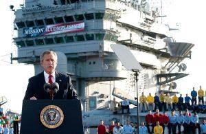 """תמונת נצחון 1: נשיא ארה""""ב ג'ורג' וו. בוש מכריז על תום הקרבות בעיראק בנאום מעל גבי נושאת המטוסים USS לינקולן, תחת הכותרת הכעת ידועה לשמצה - Mission Accomplished בתאריך 2 במאי 2003. צילום: סקוט אפלווייט, AP"""