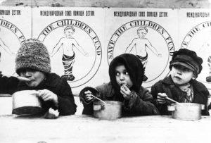"""ילדים שזכו לארוחה חמה בזכות קרן """"הצילו את הילדים"""", תקופת הרעב ברוסיה, 1921"""