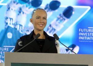 סופיה הרובוטית נואמת בכנס השקעות העתיד בסעודיה, 2017. עוד קיבלה אזרחות של כבוד בממלכה. האם פתחה טינדר בזמן שהותה בכנס?