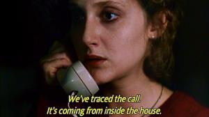 """המם המוכר It's coming from inside the house! מסרט האימה When A Stranger Calls, ארה""""ב 1979"""