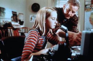 """אלי ואבא שלה מדברים עם חבר חדש בפנסקולה, פלורידה ברדיו ביתי, קונטקט (1997, ארה""""ב), מאת הבמאי רוברט זמקיס (Robert Zemeckis)"""