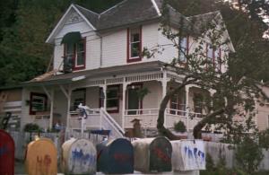 """תמונת הבית האמריקאי הקלאסי בסרטי שנות השמונים, בית שמעניק תחושת ביתיות לדור מסוים מתוך ילידי תקופה זו, בית משפחת וולש, מתוך הסרט """"הגוניס"""" (The Goonies) (סטיבן שפילברג, ארה""""ב, 1985)"""